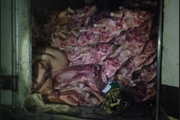В Донецк мужчина пытался провезти несколько тонн контрабандного мяса