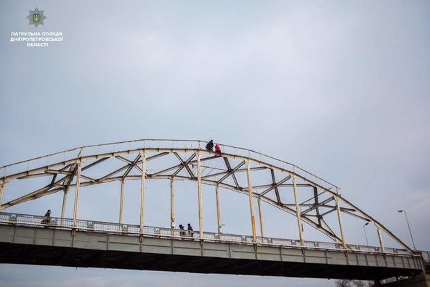 Полицейские сняли самоубийцу с пешеходного моста в Днипре