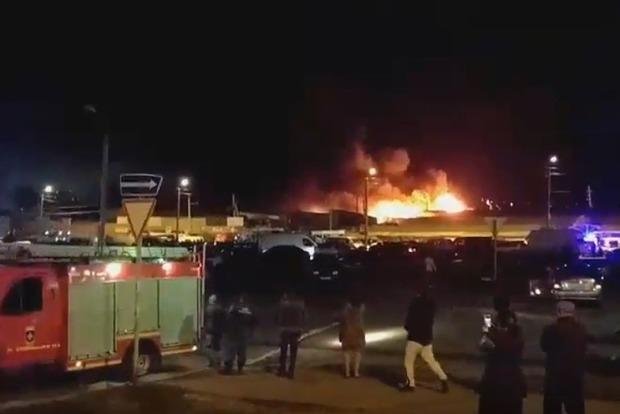 В Ростове бушует на вещевом рынке мощный пожар