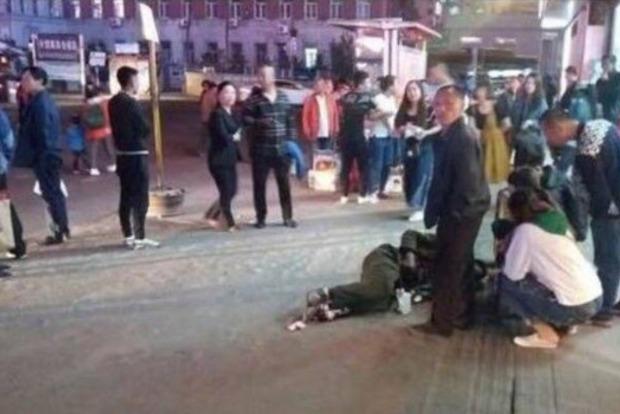 В Китае мужчина с ножом напал на прохожих, ранены 18 человек