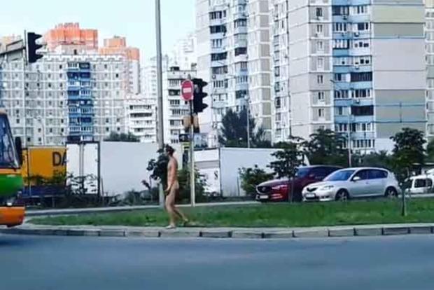 По Киеву разгуливал голый мужчина. Видео 18+