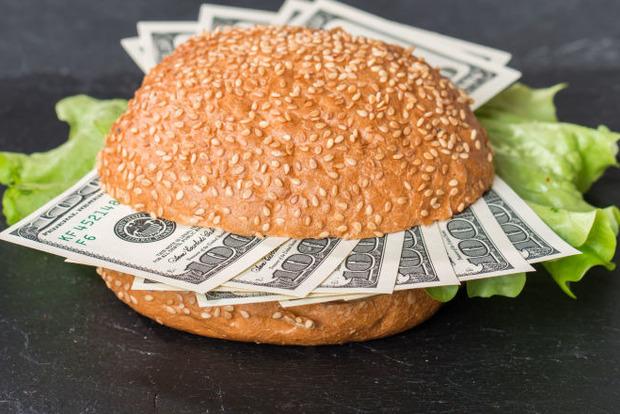 Индекс Биг-Мака: доллар должен стоить в три раза меньше