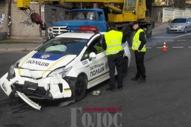 Полицейские на Prius снесли Citroen на светофоре в Запорожье