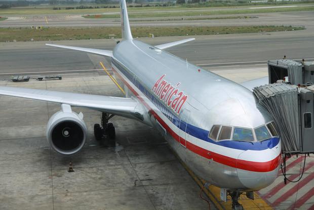 Пассажира American Airlines сняли с рейса за отказ носить маску