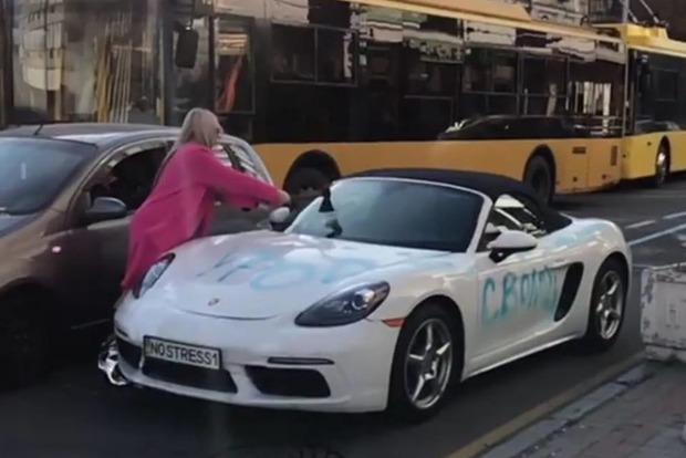 Видео дня: блондинка топором изрубила Porsche в центре Киева