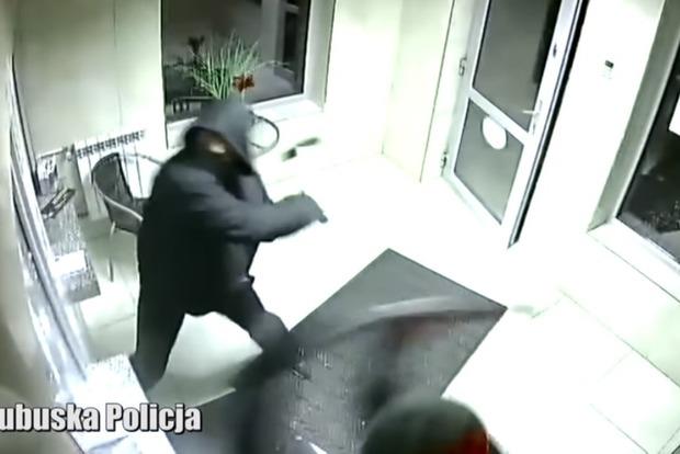 Украинцы с молотками ограбили обменник в Польше