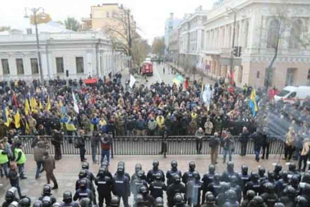 Под Радой произошла потасовка между протестующими и силовиками