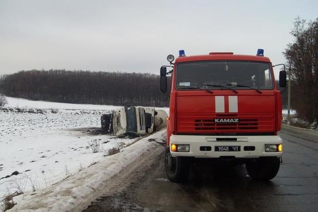 В Харьковской области перевернулся бензовоз