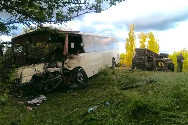 В Лисичанске от грузовика отцепился прицеп и врезался в автобус с пассажирами (фото)