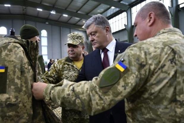 Порошенко: До конца года армия получит более тысячи единиц техники