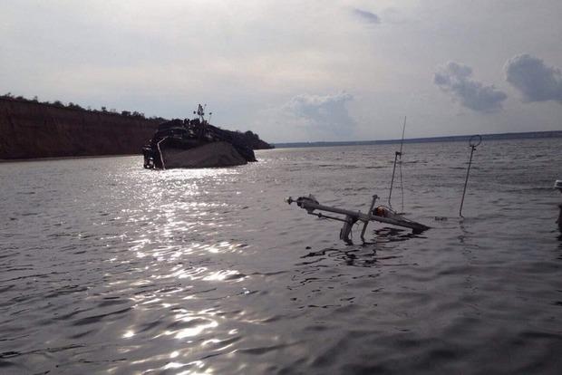 У затонувшей в Каховском водохранилище баржи поврежден корпус