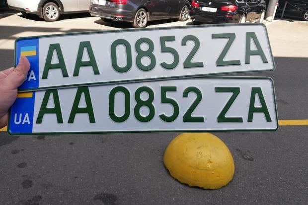 В Украине начали действовать новые требования к номерным знакам. Кому придется менять