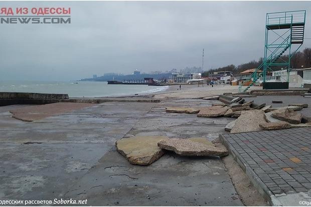 Удар шторма: в Одессе почти смыло популярный пляж