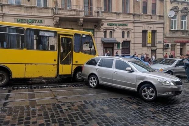 Во Львове из-за отказа тормозов маршрутка разбила пять автомобилей