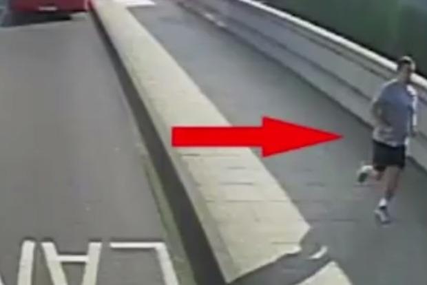 Милиция Лондона разыскивает мужчину столкнувшего женщину под автобус