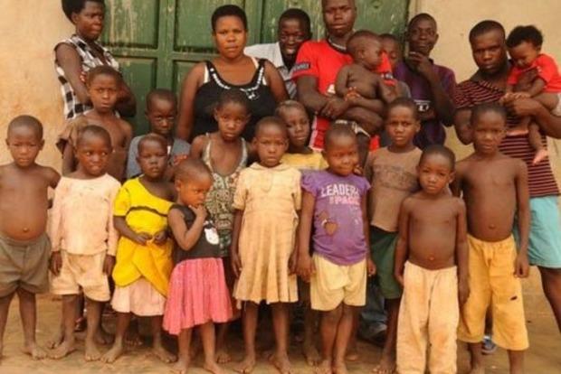 18 років суцільної вагітності. 40 річна угандійка народила 44 дитину