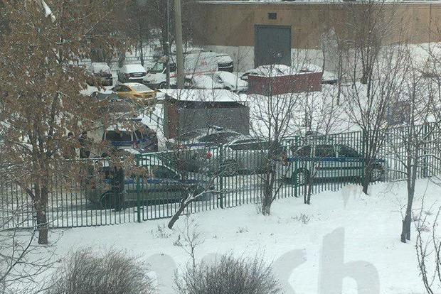 Читал книгу, а рядом клинок. В московской школе подросток угрожал убить учителей