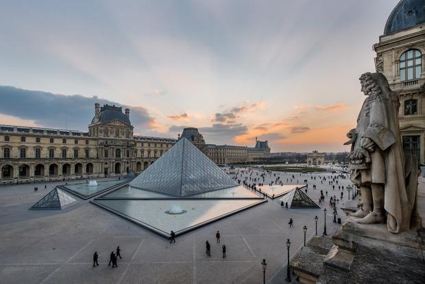 В Париже срочно эвакуировали площадь возле Лувра