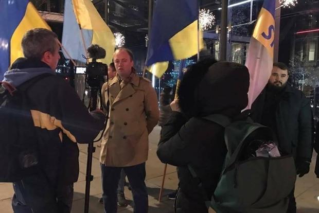 Активисты пикетировали апартаменты Рината Ахметова в Лондоне