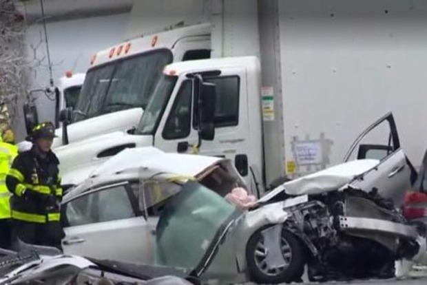 В США падение бензовоза с моста спровоцировало масштабное ДТП с жертвами