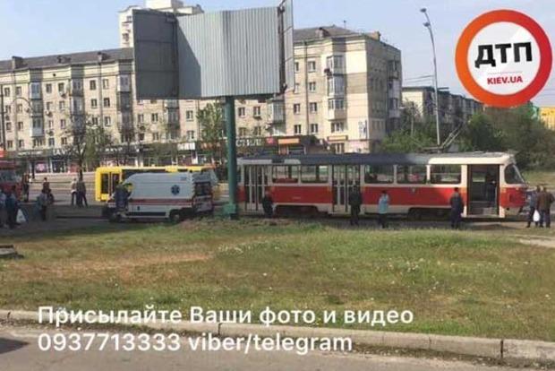 В Киеве трамвай переехал женщину. Опубликованы фото