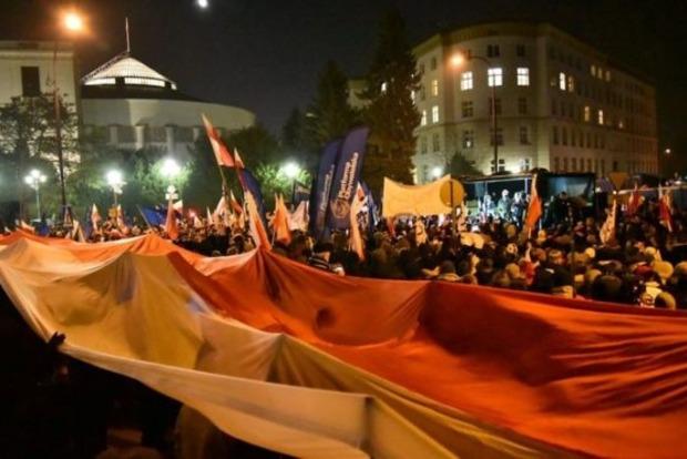 В Польше глава правящей партии с помощью полиции покинул Сейм