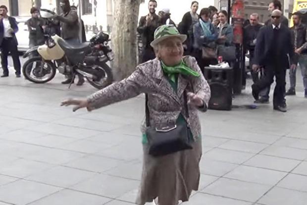 90-летняя бабушка с Тернопольщины зажгла Сеть танцами