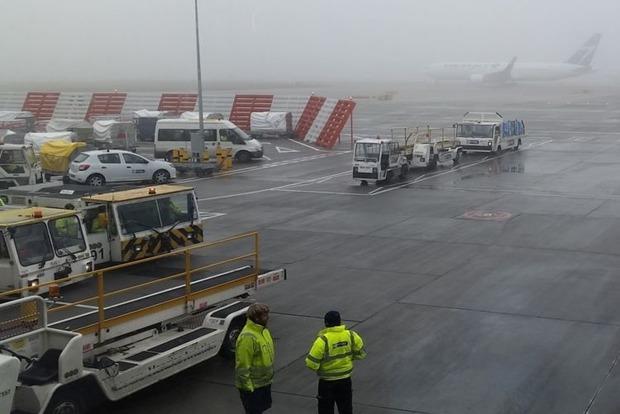В аэропорту Хитроу густой туман заставил отменить около 100 рейсов