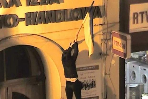 Наказаны трое поляков, вытиравших ноги о флаг Украины