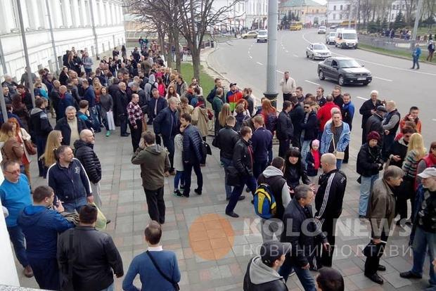 Под горсоветом Полтавы собрался митинг с требованием отставки мэра города