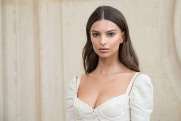 Красуня Емілі Ратажовскі натякнула, що вагітна