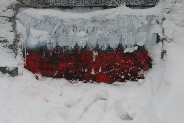 Памятник воинам УПА в Харькове покрасили в цвета флага Польши