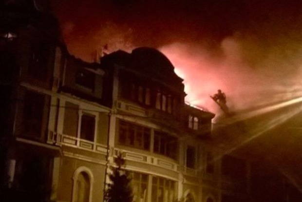 Дом для переселенцев горит в Киеве: обвалилась кровля