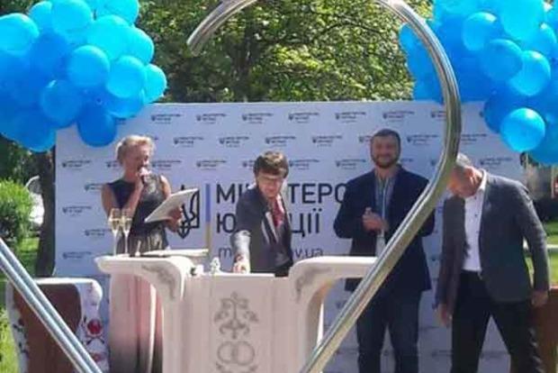 Для шлюбних церемоній у Києві відкрили Сквер закоханих