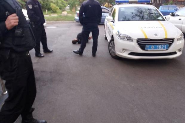В Киеве пьяный мужчина с ножом напал на охранника больницы
