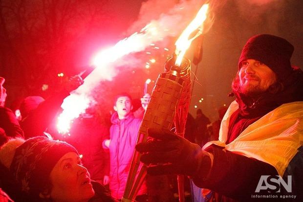 Участники факельного шествия в Киеве жгли дымовые шашки и дрались с полицией