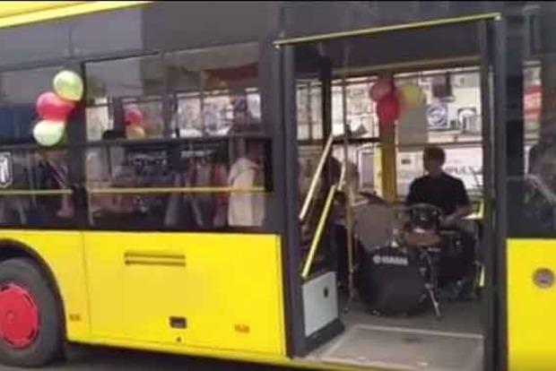 По Киеву ездил троллейбус с детским духовым оркестром