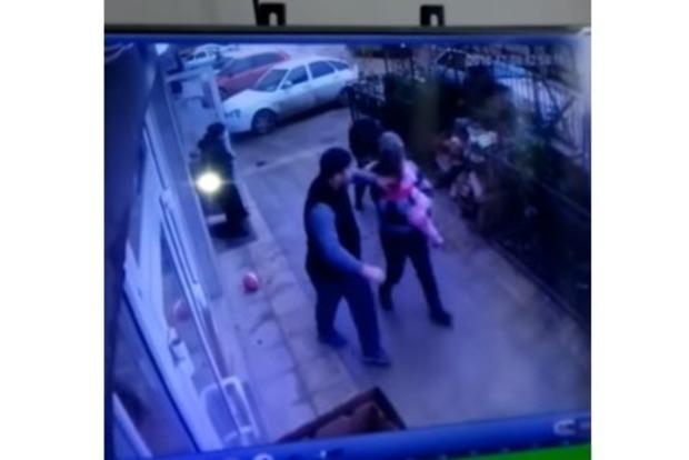 Перехожі спіймали дитину, яка випала з 5 поверху (відео)