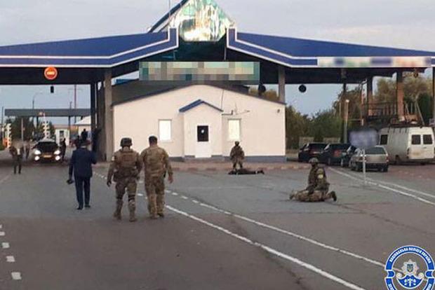Пограничники на Буковине пропускали авто на
