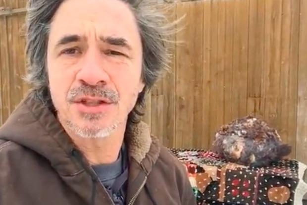 Житель америки сохранял огромную голову снежного человека вморозилке