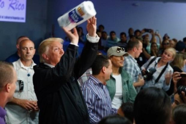 Трамп закидал бумажными полотенцами пострадавших от урагана в Пуэрто-Рико