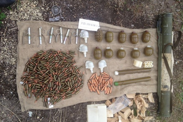 Под Киевом нашли тайник с 10 гранатами и гранатометом