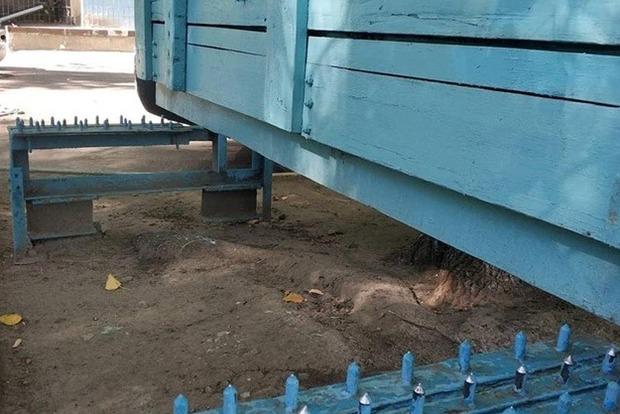 50 шипов в зад. Днепряне установили во дворе пыточную лавочку