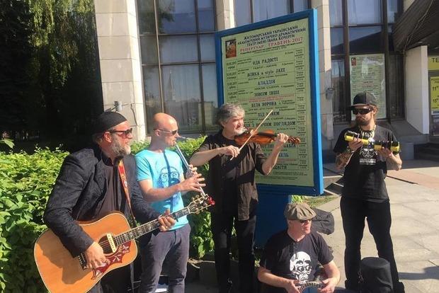 Борис Гребенщиков спел на улице в Житомире