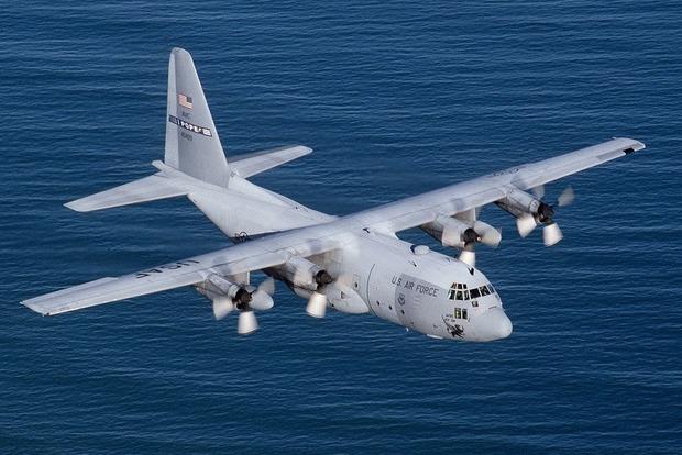 Два военных самолета США разбились у берегов Японии: найдены два человека