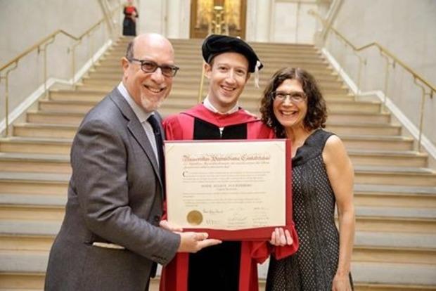 Основатель Facebook наконец-то получил диплом