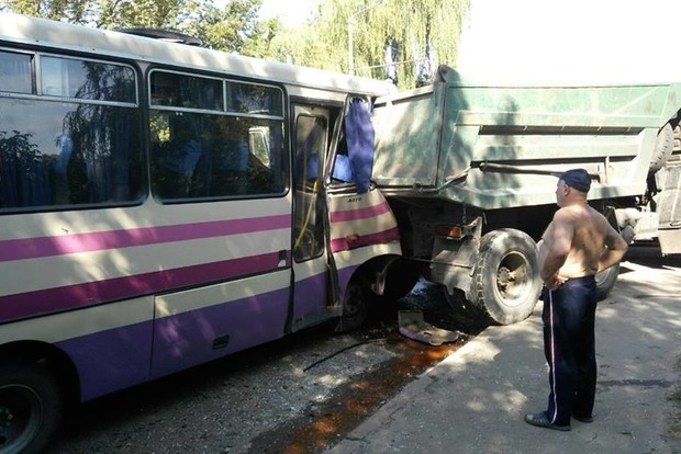 УЛуцьку маршрутка влетіла увантажівку: водієві стало погано закермом