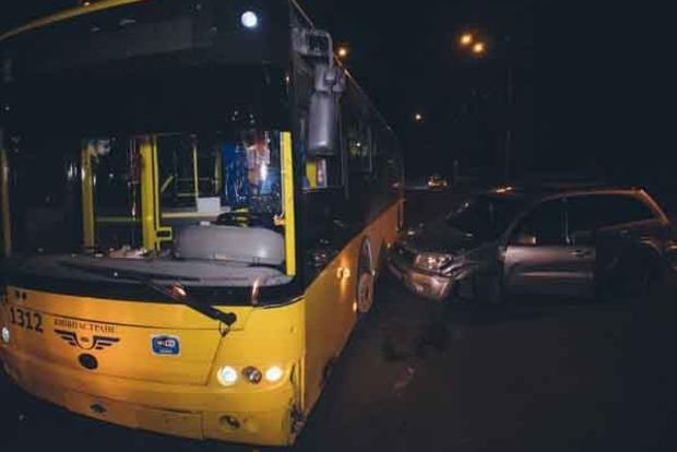В Киеве водитель Toyota пережил инсульт за рулем и влетел в троллейбус