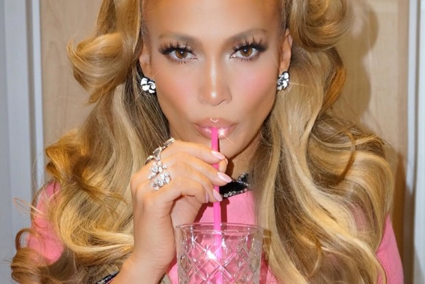 Дженнифер Лопес поразила сногсшибательным розовым образом