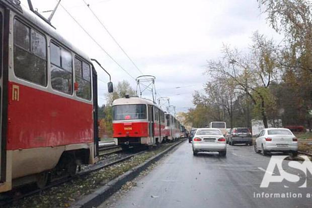 Трамвай с отвалившимся колесом заблокировал движение на Левом берегу Киева
